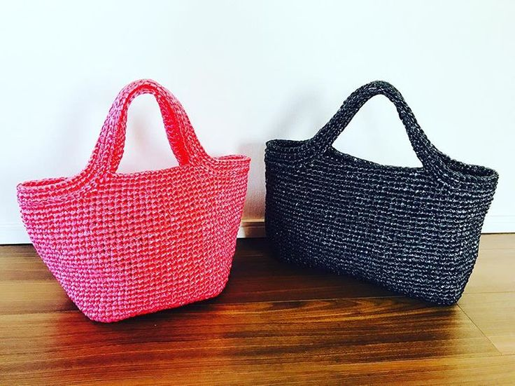 Plastic bags! 赤と黒のスズランテープバックです。底を四角形と長方形で編みました。マチ付きは使いやすいです。#arneandcarlos #bag #handmade #plasticbags #crochê #crocheting #crochet #編み物#かぎ針 #スズランテープ #赤と黒#redandblack