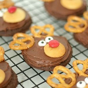 Delicious and adorable Reindeer Cookies from SixSistersStuff.com