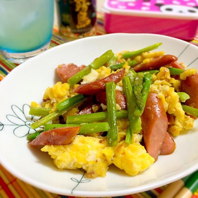 ウインナーとアスパラあったので卵で炒めてみましたっ(⌯˘̤ ॢᵌ ू˘̤)യ✯ஐ  味付け(覚書):卵にお砂糖、塩、コショウ、鶏ガラスープの素。 - 208件のもぐもぐ - アスパラとウインナーと卵の中華炒め by さくら