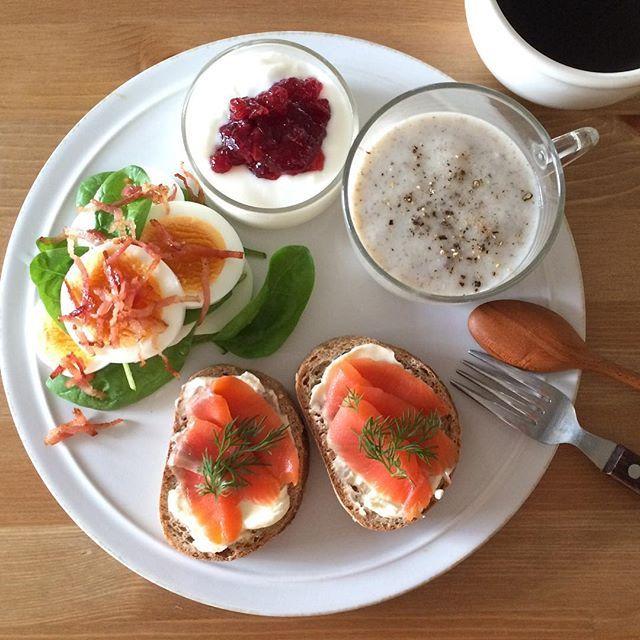 Instagram media keiyamazaki - Today's breakfast. サーモン久しぶりに食べたけど、やっぱり美味しいー。スープはきのこ、ヨーグルトにはIKEAで買ったリンゴンベリーのジャム。