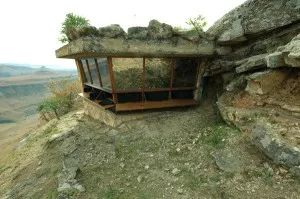 Foto Hide de Quebrantahuesos Photo of the The Lammergeier Vulture hide which rests on the edge of a cliff overlooking the majestic Drakensberg.