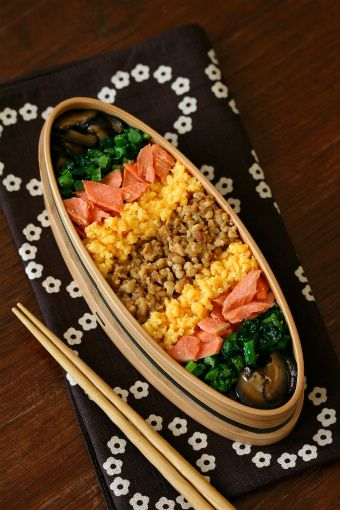 五色弁当 Japanese Topping Rice Bento Lunch (salmon, egg, roasted tofu, shiitake mashuroom, greens)