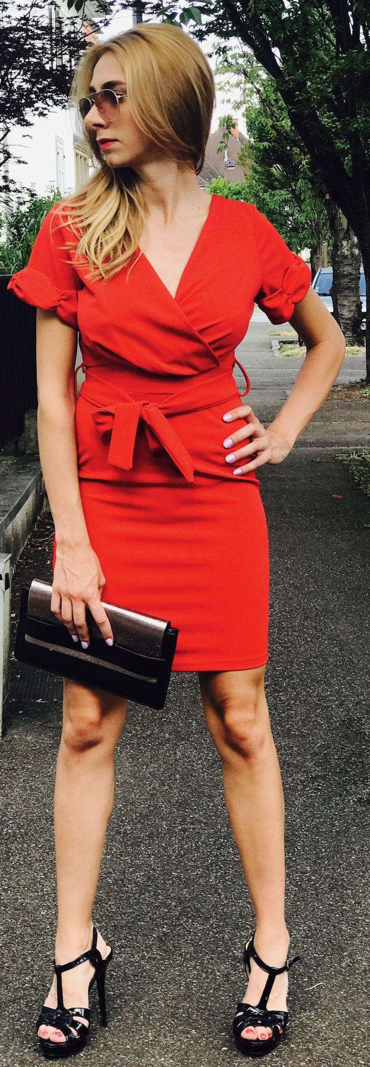 Pimpante et étincelante seront vos deux atouts féminité cet été dans cette robe rouge! Craquez pour la robe rouge au décolleté croisé, sa taille ajustable soulignée d'une ceinture et un décolleté du dos pour briller de mille feux à vos prochains évènements!  Conseils: à porter avec de petites boucles d'oreilles argentées, des escarpins noires ou argentées et un manteau mi-long ou un blazer noir.