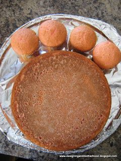 simple way to do a paw print cake one round cake and four 4 muffins cupcakes for toes, and do icing frosting, February 2015