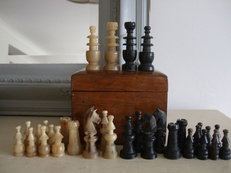 Elegant NICELY CARVED Vintage Continental REGENCY Style HORN CHESS SET, Complete In  BOX