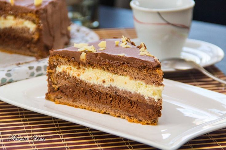 dragii mei, va doresc Un An Nou Fericit si va indulcesc cu un Tort De Ciocolata Nicole.Separam albusurile de galbenusuri, batem albusurile spuma impreuna cu zaharul