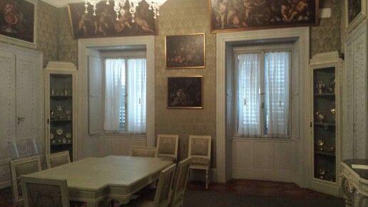 Secondo piano: Sala da pranzo in stile Luigi XVI e servizi della collezione Rusconi-Opuich
