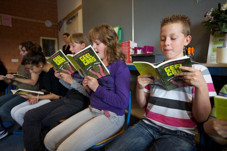 Onderzoek wijst uit dat als kinderen ouder worden ze minder gaan lezen, maar dit is niet nodig. Kinderen die houden van lezen en tijd besteden aan lezen voor hun plezier, hebben betere lees- en schrijfvaardigheden,   #aanmoedigen #bibliotheek #boekenseries #boekpresentatie #kinderen #lezen