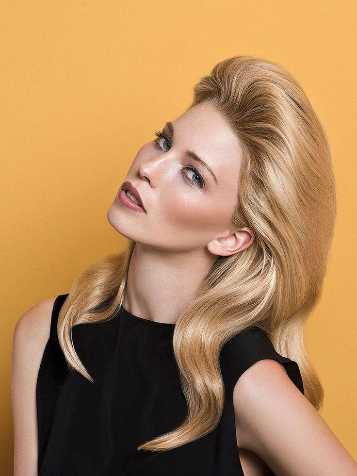 """Ein Multitalent für feines Haar: Dasmattierende Styling-Puder """"Texturizing Volume Powder"""" von NewshazaubertFülle, Textur und Volumen. Der Haaransatzkannangehoben werden, indem man das Puderim trockenen Haaran den Ansatz streut undmit den Fingerspitzen kreisförmigan der gewünschten stelle reibt.Hier zeigen wir euch noch mehr Frisuren für dünnes Haar"""