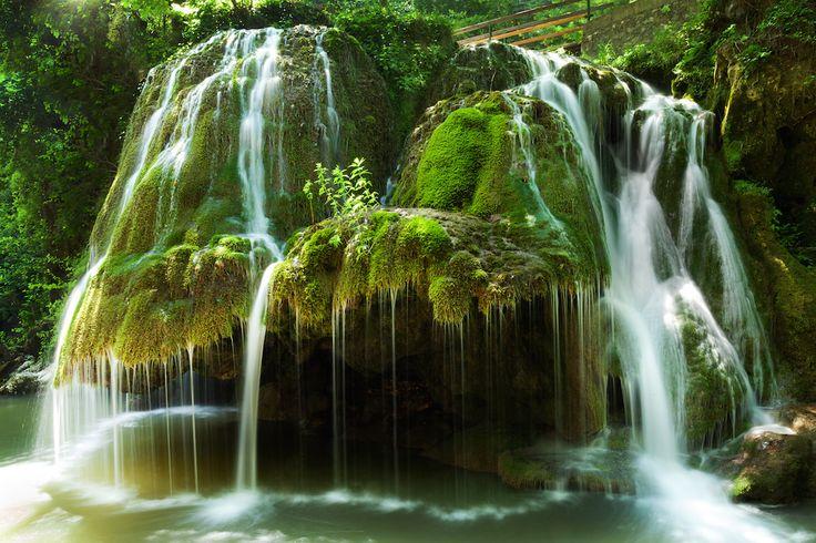 La chute d'eau Bigar en Roumanie : 30 sites naturels étonnants et méconnus en Europe - Linternaute