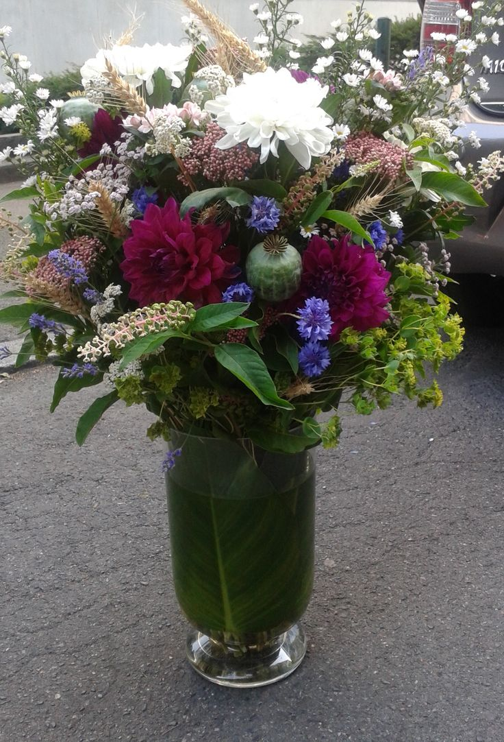 mariage champêtre d'été, fleurs des champs et dahlias bordeaux, décoration de buffet
