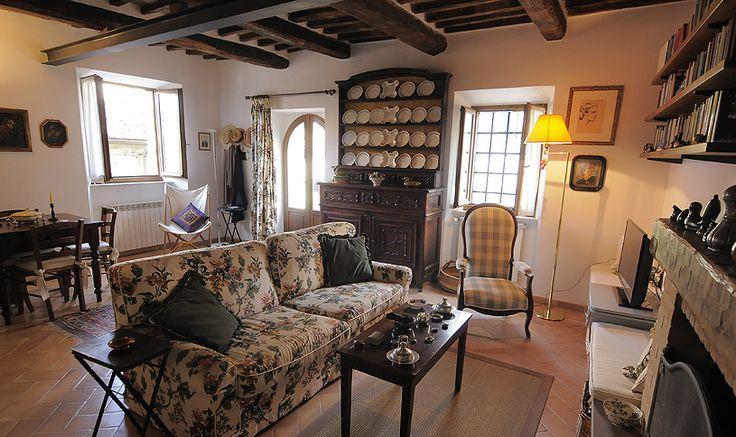Al primo piano, a cui si accede da una scala in ferro e pietra serena, troviamo una camera da letto (situata nella torre), un bagno, un soggiorno con angolo cottura e con una porta-finestra che conduce in una piazzetta.