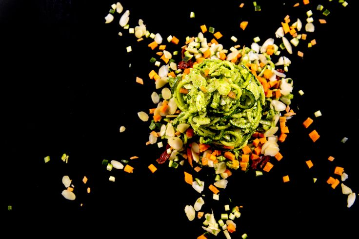 """""""Spaghetti di zucchine con pesto crudo di mandorle e spinaci, brunoise di verdure di stagione e pomodorini essiccati al sole"""" #ilmargutta #vegetariano #healthyfood"""