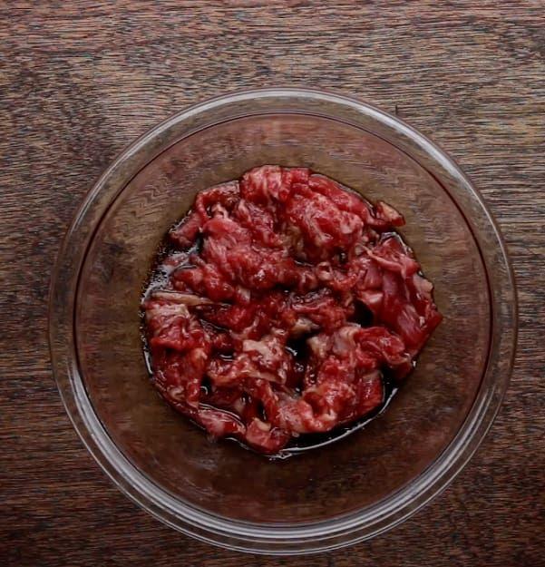 1.ボウルに下味用の調味料を入れてよく混ぜ合わせ、そこに牛こま切れ肉を入れて漬けておく。(約10分)