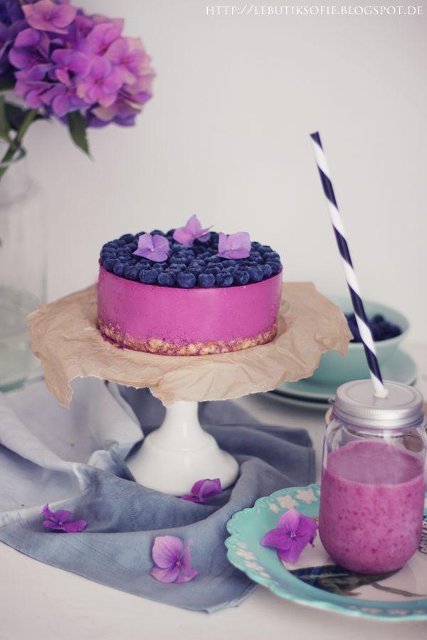 Ich hab mal wieder eine Quarktorte gebacken.Diesmal in der Farbe des Jahres 2014,Radiant Orchid.   Blaubeer Lavendel Quark Torte Zutaten: Für den Boden:80g Cornflakes50g Butter1 Prise Salz120g weisse