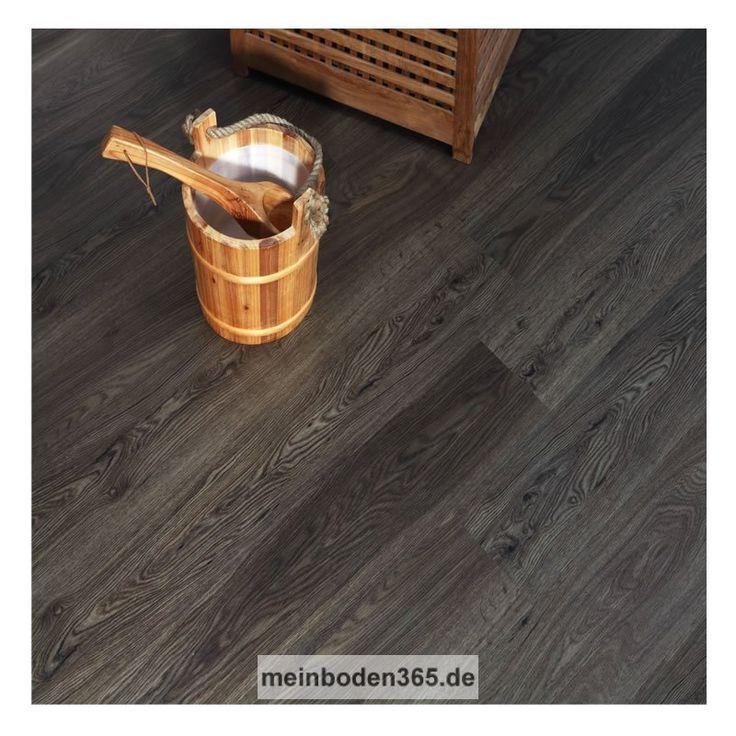Das Vinyl Bochum in dem Dekor Räuchereiche ist ein LVT Designboden mit einem 3-Schicht Aufbau und PVC Träger. Der Vinylboden hat eine Stärke von 5 mm, die Oberfläche ist eine Porenstruktur und besitzt eine Nutzschicht von 0,55 mm. Ein spezielles Klicksystem (LOC) verbindet die Dielen, welche zudem eine umlaufende Fase besitzen. Die Verlegung des Bodens erfolgt schwimmend auf einem festen Untergrund. Der Boden ist auch zu 100% recyclebar.