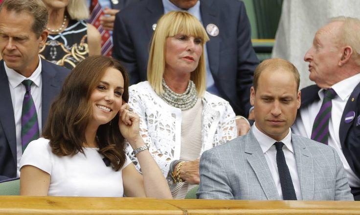 Toda sorridente, Kate Middleton roubou a cena na final masculina de simples do Torneio de Wimbledon (a partida é entre Roger Federer e Marin Cilic), que acontece neste domingo, em Londres. A duquesa de Cambridge está acompanhada do marido, o príncipe William Alastair Grant / AP