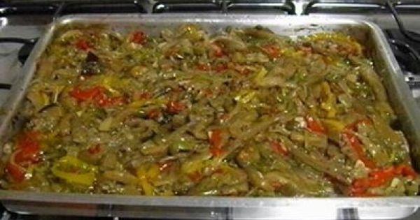 5 berinjelas pequenas  - 3 pimentões vermelhos pequenos  - 3 pimentões amarelos pequenos  - 3 pimentões verdes pequenos  - 5 cebolas médias  - 5 dentes de alho grandes  - 2 pimentas dedo-de-moça  - 1 xícara (chá) de vinagre de vinho branco  - 1 1/2 xícara (chá) de azeite de oliva extra virgem  - 2 folhas de louro  - 1 colher (sopa) de glutamato monossódico (opc)  - 1 1/2 cubos de caldo de galinha esfarelados (opc)  - orégano (que baste)  - pimenta-do-reino (que baste)  - sal (que ba...