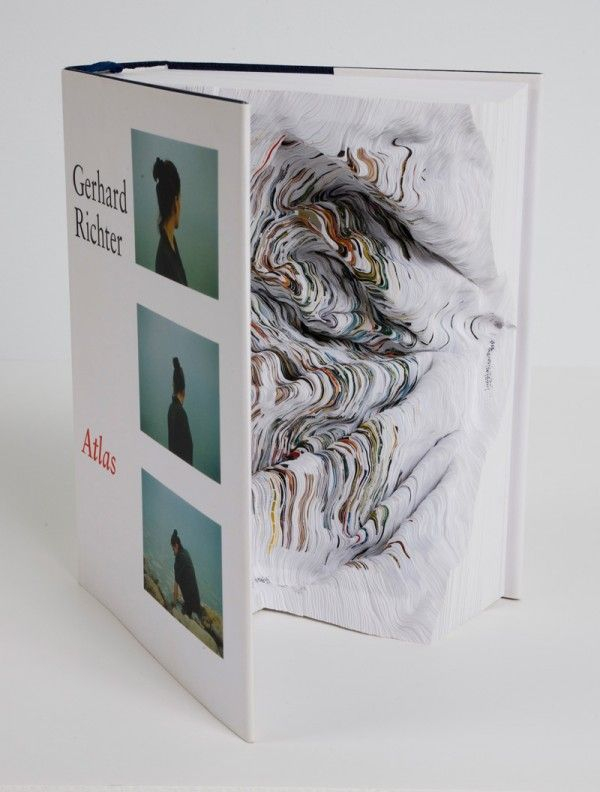 Noriko Ambe crée des sculptures complexes avec des livres et du papier en jouant avec les différentes couches. Né à Saitama, au Japon en 1967, elle vit et travaille à New York.