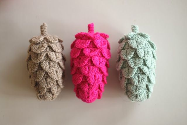 http://yarnfreak-blog.blogspot.nl/2013/12/diy-crochet-pine-cones.html