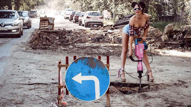 """""""Девушка на фламинго""""  решила «разбить» дороги отбойным молотком  Саратовская модель и стилист Анна Москвичева решила продолжить серию фотосессий с ямами на улицах облцентра. Пользователям соцсетей она известна в первую очередь как «девушка с фламинго».  Москвичева с надувной птицей неоднократно фотографировалась плавающей в лужах, образовавшихся на месте провалов. На этот раз она решила сменить имидж и предстала в брутальном образе дорожницы с отбойным молотком, которым дробят асфальт…"""