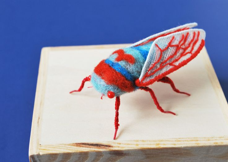 When you think of cuddly stuffed animals made from textiles the top candidates would probably include teddy bears or bunny rabbits. Perhaps lower on the list would be squids, cicadas, and sea slugs, and yet Vancouver-based artist Hine Mizushima has chosen these unusual creatures as the the subje