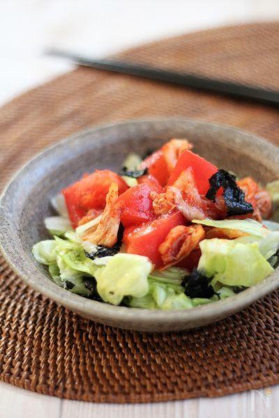 トマトとキムチ、塩もみしたキャベツを合わせました。サラダだけどおつまみのような、さっぱりだけどガツンとくる病みつきサラダです。