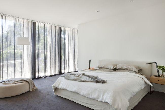 Delikatna luksusowa sypialnia w nowoczesnym domu Malvern House na blogu Pani Dyrektor - zobacz jak wygląda nowoczesne wnętrze luksusowego domu i zainspiruj się! Zapraszam do kolejnego posta z serii 'Wille marzeń' a  w nim m.in. biała sypialnia!