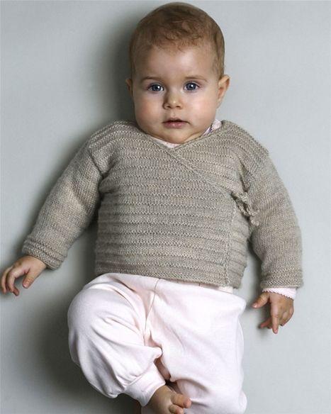 Strik en klassisk bindebluse som det ekstra varme lag til babyen.