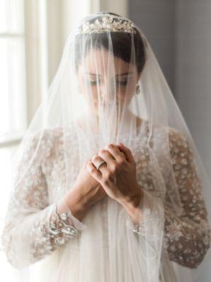 Romantic Vintage Bride Portrait   photography by https://www.justinewrightphoto.com