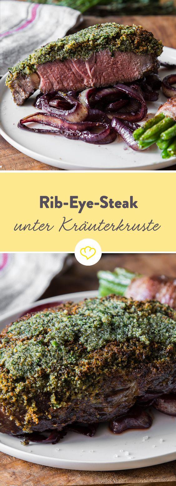 Ein saftiges Rib Eye Steak unter einer krossen Kräuterkruste