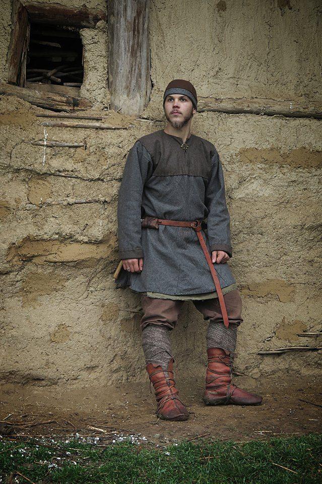 Idade Média: O traje masculino consistia numa túnica pelos joelhos, a gonelle, bordada nas extremidades e presas por um cinto.