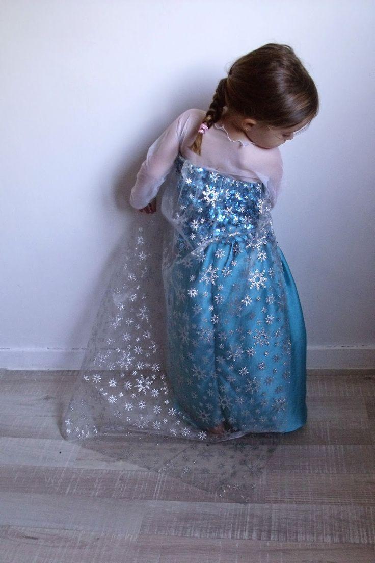 Réalisez la robe de La Reine des Neiges avec le tuto de Lili joue Maman bricole http://lilijouemamanbricole.blogspot.fr/2014/10/tuto-costume-elsa-reine-des-neiges.html