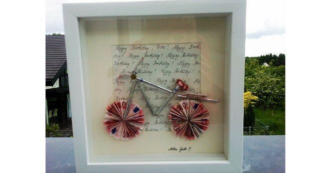 Schnell, einfach und wunderschön ist unser Bilderrahmen-DIY-GELD-GESCHENK. Ein sehr origineller Gutschein, um Geld für ein Fahrrad zu verschenken. Das kann jeder selber machen und basteln. So kann man sein Geldgeschenk nett verpacken, oder?