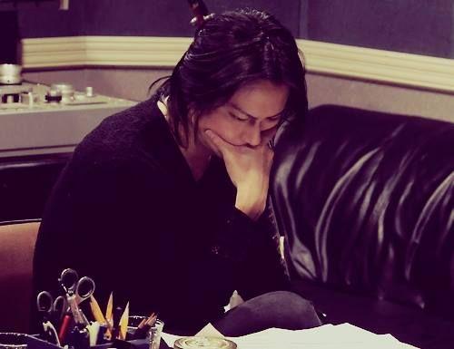 """Atsushi Sakurai mientras analiza su grabación vocal en la canción My baby Japanese.Type II. Fuente: Escena de la película """"Gekijouban BUCK-TICK ~Bakuchiku Genshou~"""