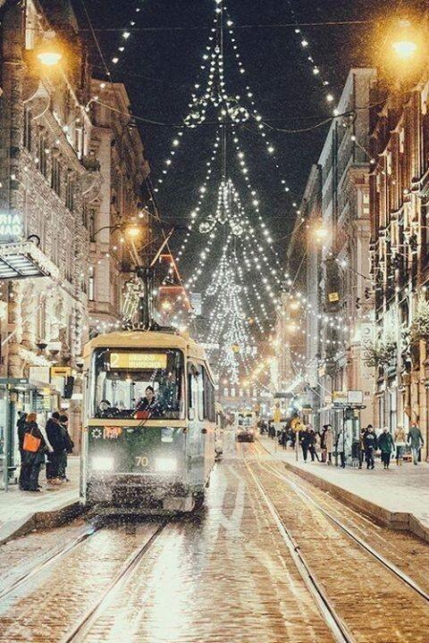 Aleksanterinkatu!  Helsinki, Finland - Joulunaika kaupungilla - ei mitään ihanampaa, kaipuun itku tunkeutuu kurkkuun.