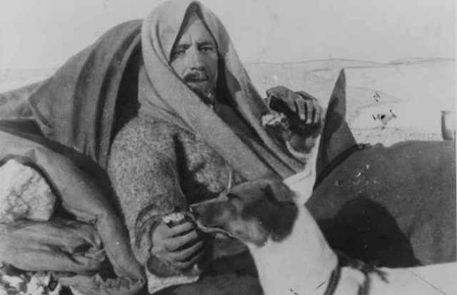 Cuando el barco de rescate llegó, el piloto informó a los náufragos del Ártico que sólo había espacio para el famoso líder de su expedición, Umberto Nobile. Muy a pesar de su tripulación, Nobile los dejó allí en el hielo, tomando sólo su amada Titina. La tripulación fue rescatada más tarde, pero la decisión de llevar a su perro sobre su tripulación destruyó la reputación de Nobile