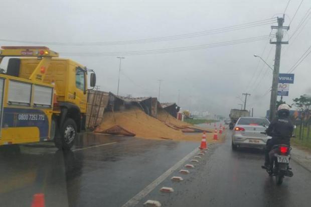 Carreta tomba e deixa trânsito em meia pista na marginal da BR-101, em Palhoça +http://brml.co/1xFm9rw