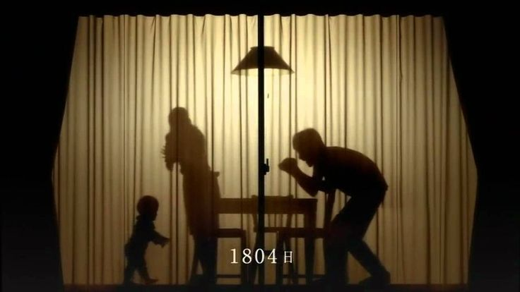 10年前は想像しなかった自分。今日変えたLED電球は、10年後の私たちも明るく照らしていることだろう。/ 東芝 LED電球