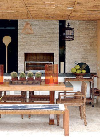Para manter o tom natural da casa de praia, a arquiteta usou móveis de   fibra e madeira, resistentes aos efeitos de sol e chuva. a forração   do teto recebeu fragmentos de cipó. O piso de mármore travertino  é da Di Mármore