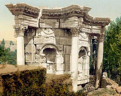 """In tutti i documenti coevi la Lanterna di Sant'Ivo è citata con il termine """"tempietto"""", un termine che illustra bene le intenzioni borrominiane riconducibili al modello templare antico. La connessione più volta proposta è quella con il tempio di Venere a Baalbek."""