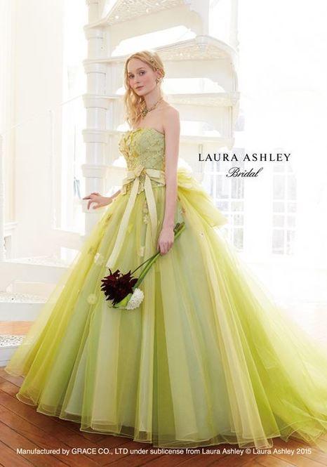 """世代を超えて今なお愛され続けている英国老舗ブランド""""ローラアシュレイ""""。コスメポーチやキッチングッズ、インテリアでも有名ですが、今回は気品溢れるローラアシュレイならではの魅力たっぷりなウェディングドレスをご紹介します。"""