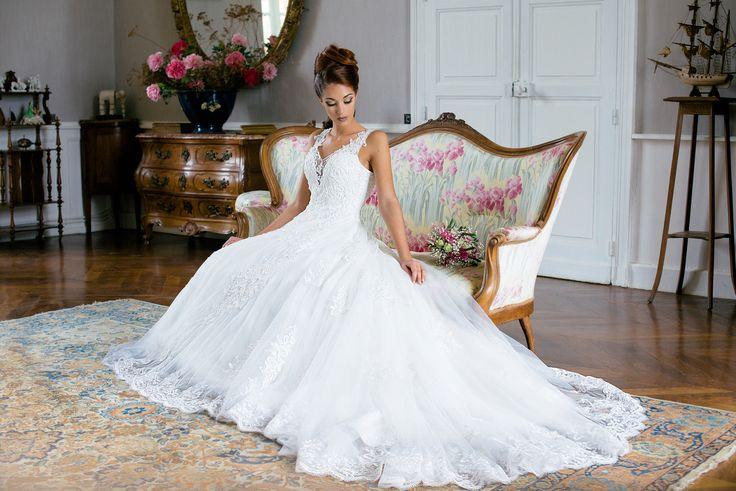 Robe de mariée décolletée forme évasée avec une finition délicate en bas de la robe en vente chez Monica Mariage wedding dress