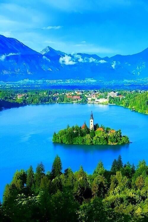 Es Lake Arenal. Está en Lake Arenal, Costa Rica, a 3.5 hour drive from San Jose. Se puede nadar en el lago.