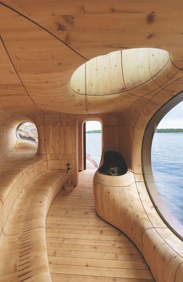 L'espace est soigneusement isolé, même si des fentes dans les sièges permettent la circulation de l'air. Clin d'oeil au design, les coutures courbées entre les panneaux de cèdre rappellent le mouvement de l'air.