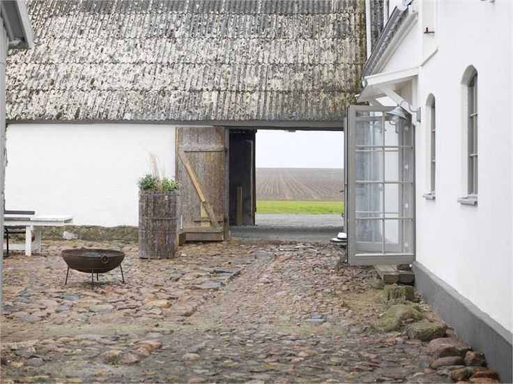 Skånelängan med anor från 1800-talet överraskar stort (uteplatsen inte minst!)   Sköna hem