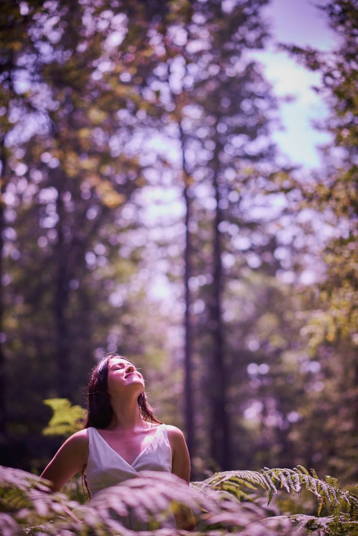 Povesteste-mi despre orice … dar povesteste-mi despre frunze, despre cum copacii se golesc toamna si infloresc primavara, spune-mi ca asa sunt si zilel.. mai goale, mai infloritoare. Fa-mi o cafea …