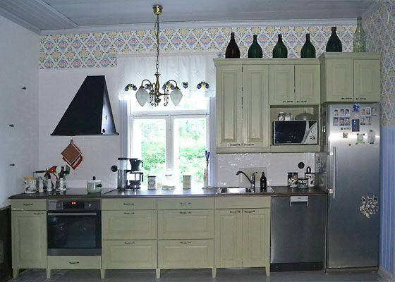 JUVIn täyspuinen keittiö vaalean vihreänä. - Solid wood kitchen by JUVI-Production Finland
