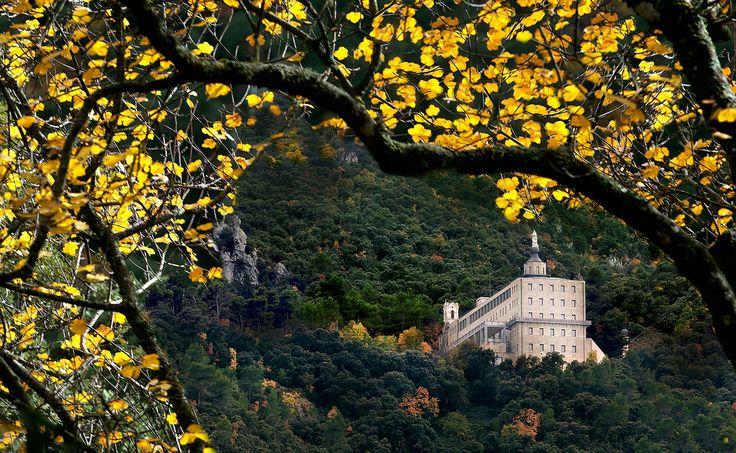 Estrenamos otoño...de las estaciones más bonitas en Alcoy.  Fotografía de Paco Grau. #costablanca #interior #inland #fontroja