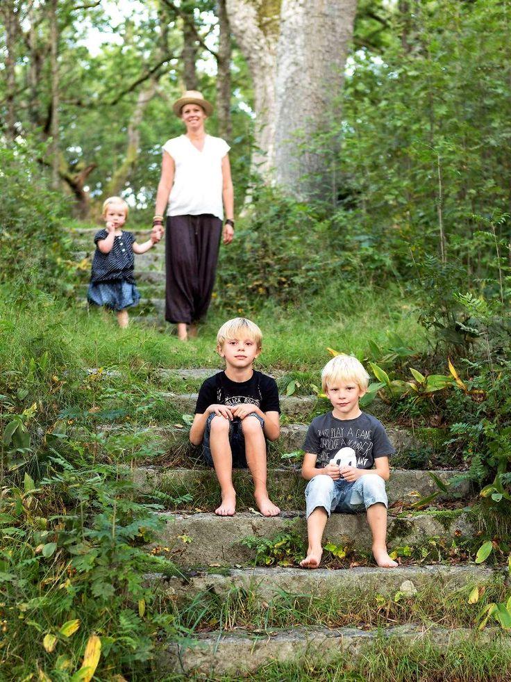 Ekbacken intill familjens trädgård är ett givet utflyktsmål för en sommarpicknick. Här kan barnen springa av sig ordentligt.